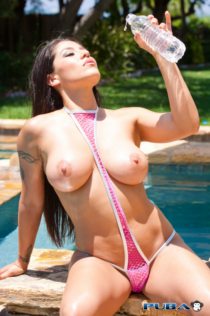 Jenaveve Jolie Gets Wet